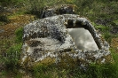 Sartego antropomorfo excavado en pedra.
